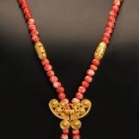 colier-pietre-tairona-rosu-cu-alb-si-fluture-decorat-cultura-tairona
