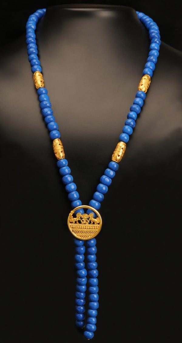 colier-pietre-pictate-tairona-albastru-regal-si-pandantiv-om-inconjurat-de-jaguari-cultura-sinu