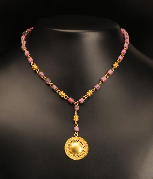 coliere-pietre-pictate-tairona-roz-si-pandantiv-raze-de-soare-cultura-muisca