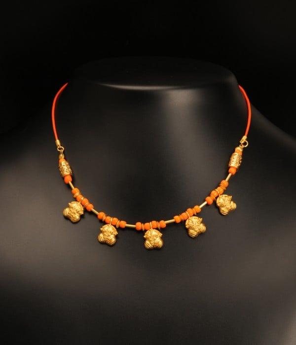 coliere-piele-si-margele-portocalii-cu-5-pandantive-broasca-decorata-cultura-tairona